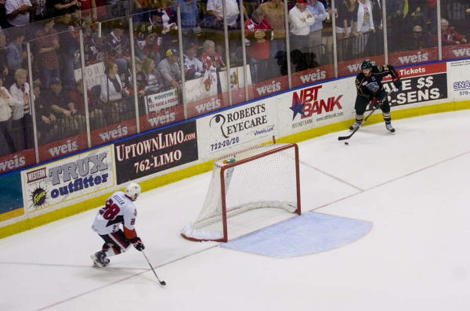 The Houston Aeros play without a goalie in the third period in game 5 of the Calder Cup Final. Photo: REBECCA CATLETT/ Press & Sun-Bulletin