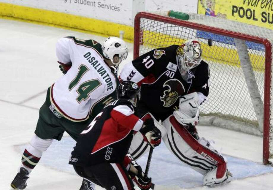 Houston Aeros right wing Jon DiSalvatore (14) squeezes a shot past Binghamton Senators goalie Robin Lehner. Photo: Cody Duty, Chronicle