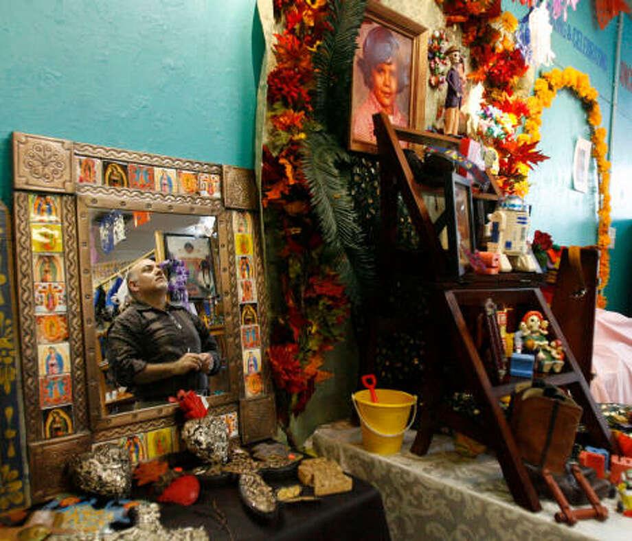 Rubén Pérez, junto a su altar en honor a su hermano Larry. Photo: Julio Cortez, La Voz