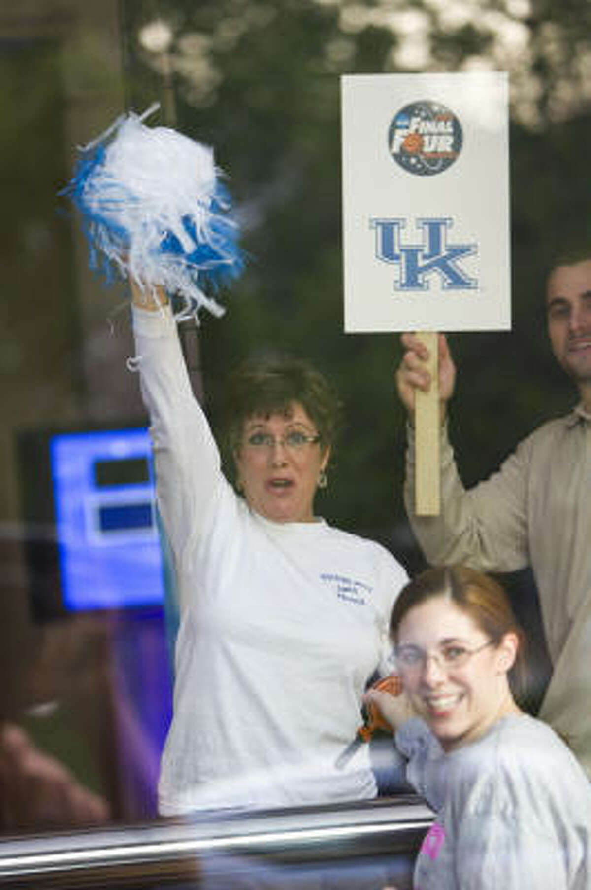 Kentucky basketball fans wait for the men's basketball team to arrive.