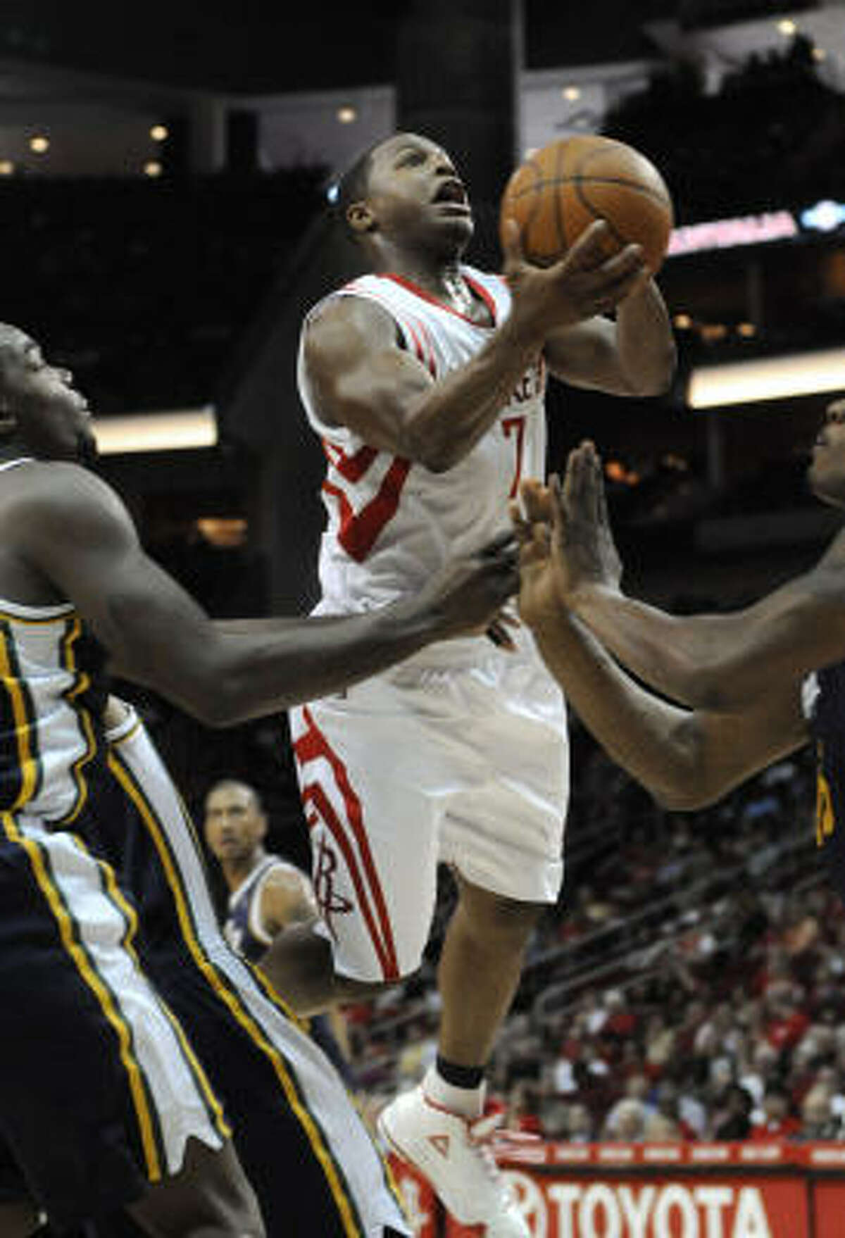 Rockets point guard Kyle Lowry (7) goes to the basket between Utah Jazz defenders Paul Millsap, left, and Al Jefferson.
