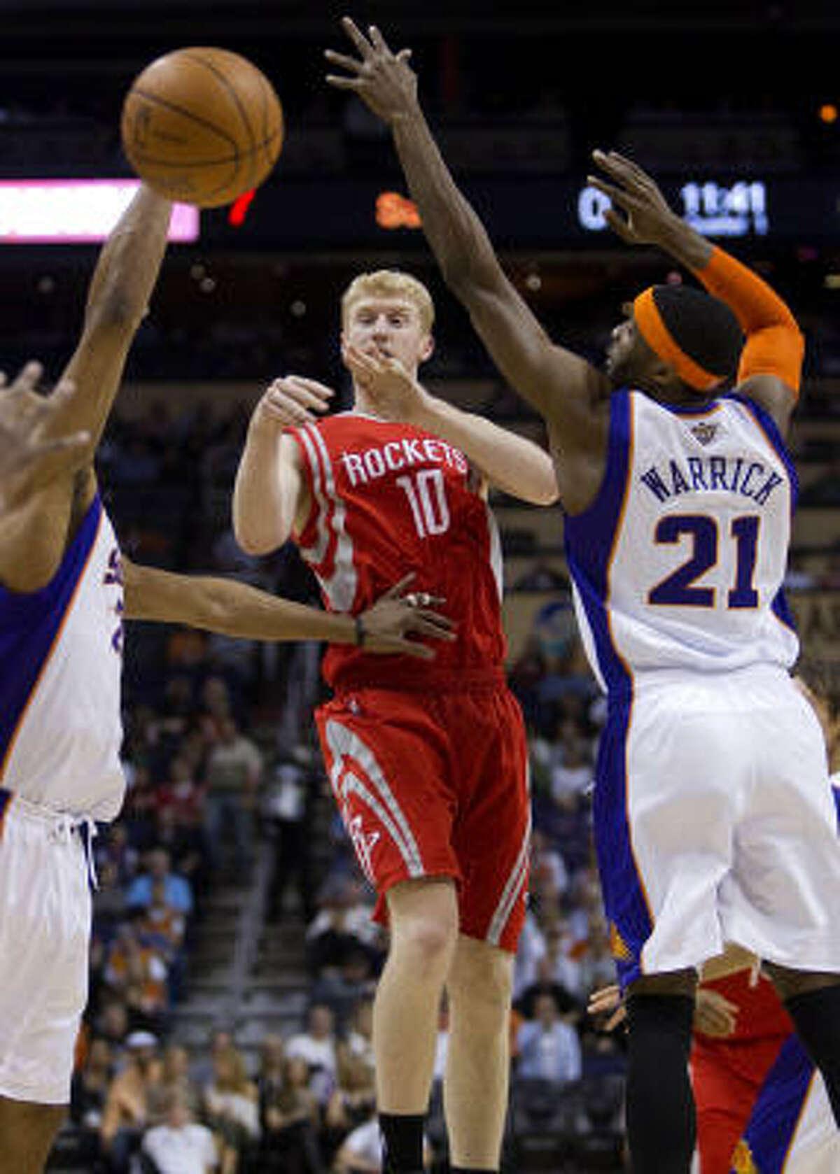 Rockets forward Chase Budinger (10) passes as Suns forward Hakim Warrick (21) defends.