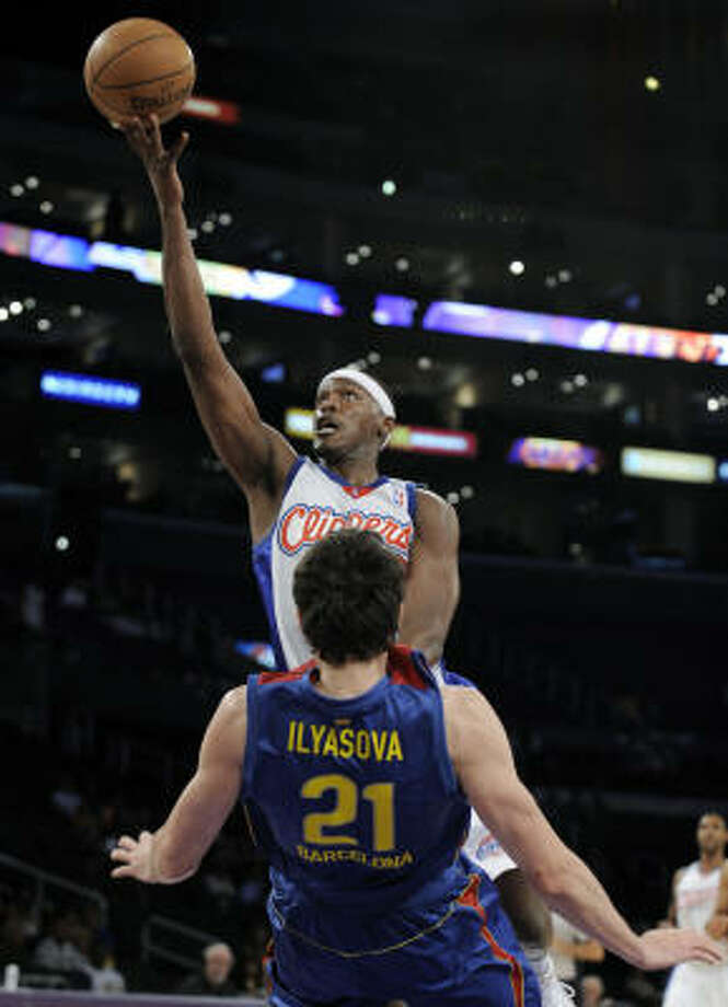 Los Angeles Clippers Al Thornton goes up for a layup as the Clippers face FC Barcelona . Photo: Kevork Djansezian, AP