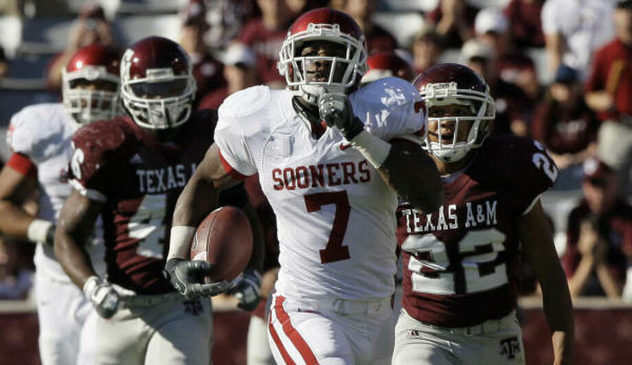 OU running back DeMarco Murray blew past the Texas A&M defense, finishing with 123 yards on seven carries. Photo: David J. Phillip, AP