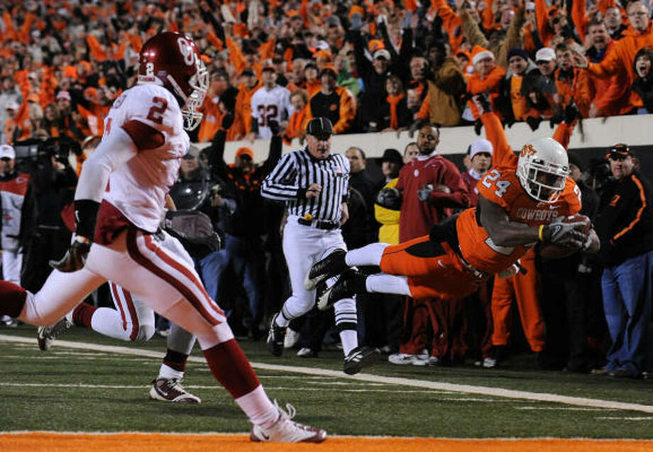 Kendall Hunter scores for Oklahoma State at T. Boone Pickens Stadium. Photo: Ronald Martinez, Getty Images