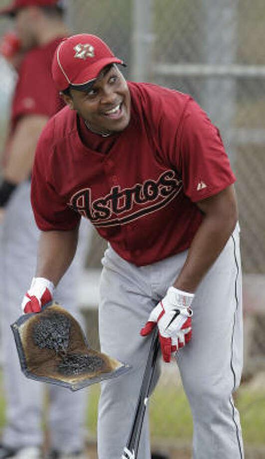 Infielder Anderson Hernandez smiles as he prepares his bat for batting practice. Photo: Karen Warren, Chronicle