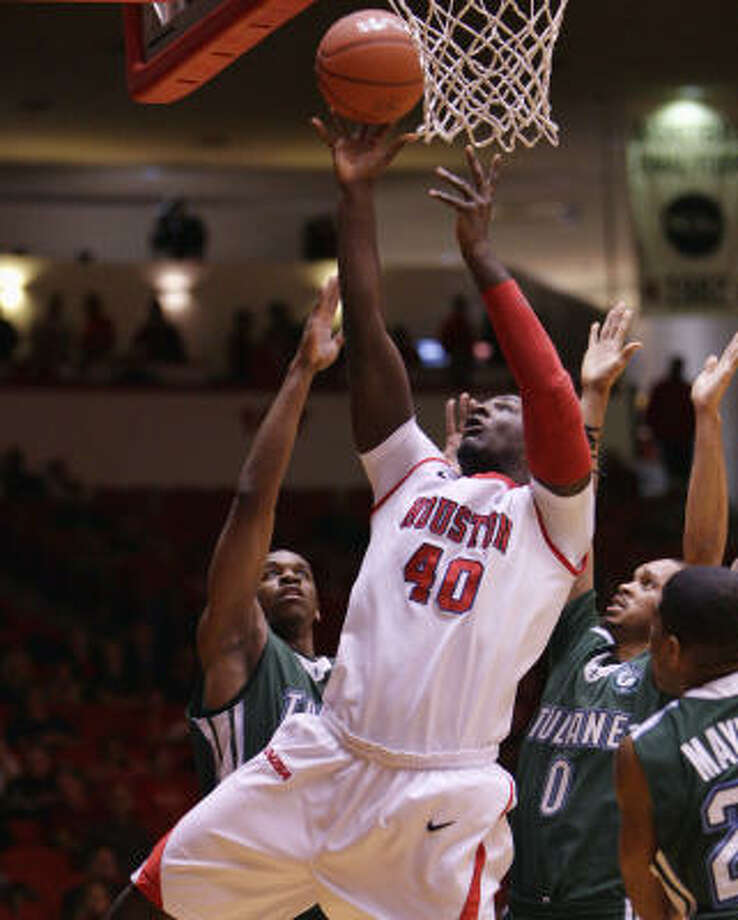 UH forward Kendrick Washington (40) puts up a layup over Tulane guard Kris Richard (0) after an offensive rebound during the first half. Photo: Bob Levey, For The Chronicle