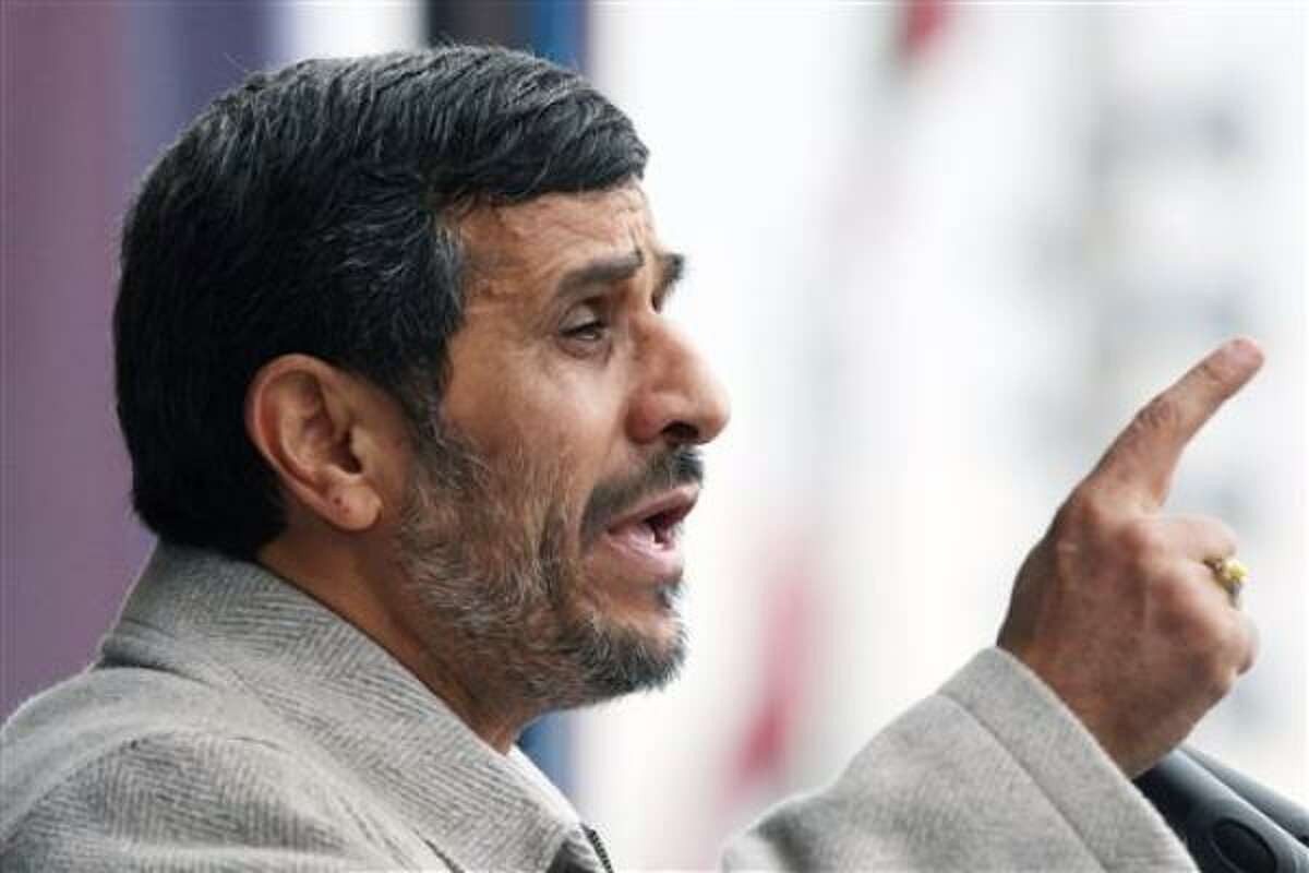 El presidente iraní Mahmoud Ahmadinejad durante un discurso con motivo del 32do aniversario de la revolución islámica de 1979 en la Plaza Azadi de Teherán, el viernes 11 de febrero del 2011. Ahmadinejad dijo que la insurrección popular egipcia anuncia el surgimiento de un nuevo Medio Oriente islámico, en el cual no habrá señales de Israel ni de la
