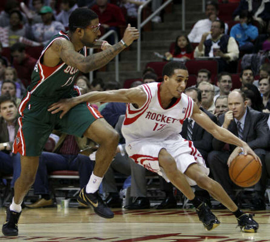Rockets guard Kevin Martin works around Bucks forward Chris Douglas-Roberts during the third quarter. Photo: Melissa Phillip, Chronicle