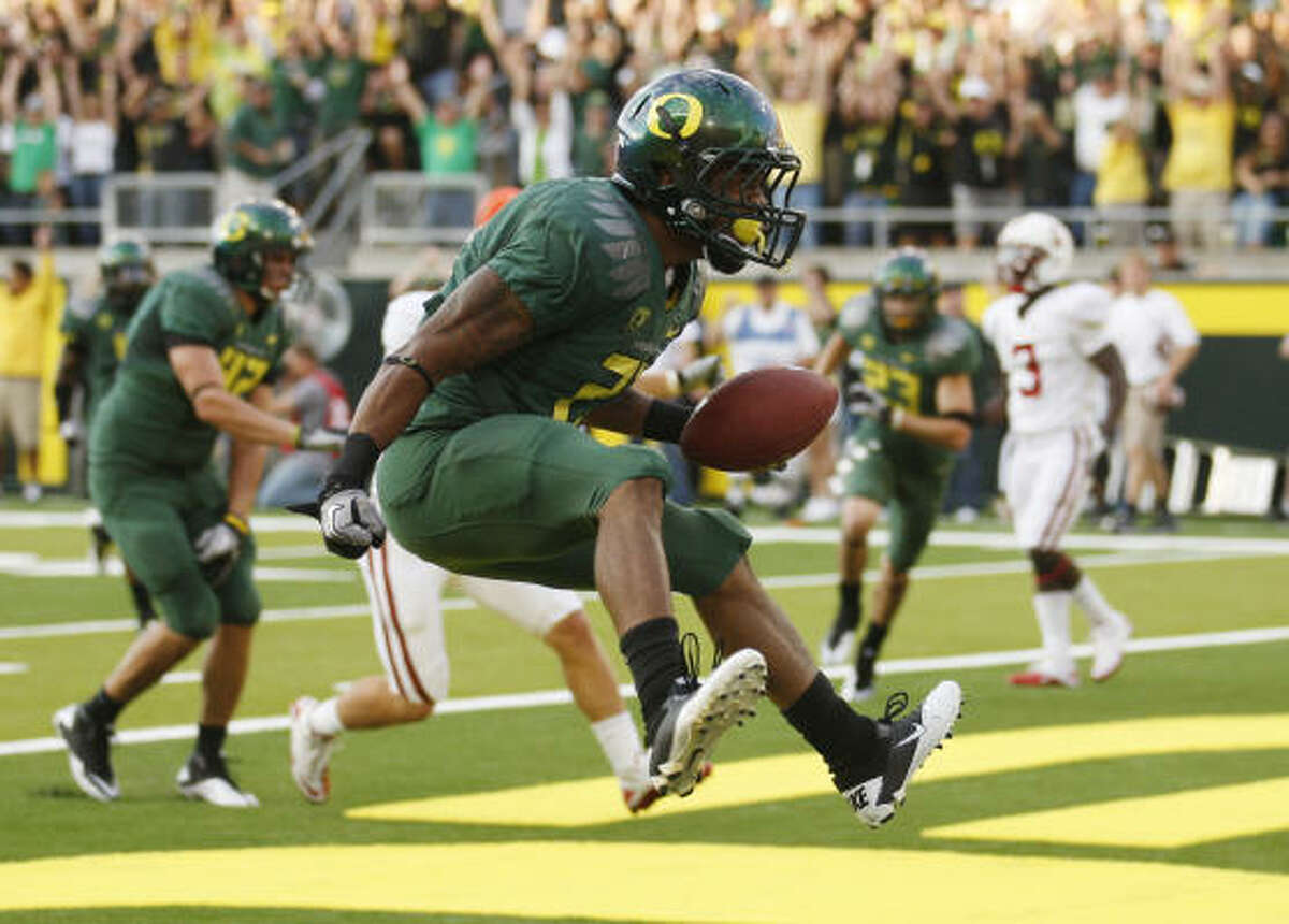Running backs Oregon's LaMichael James leads the nation with 152.9 yards per game and the Ducks' run game ranks fourth at 303.8 yards a game. The Doak Walker Award winner has 18 100-yard games the past two seasons. Newton led the SEC with 108.4 yards a game. Michael Dyer broke Bo Jackson's Auburn freshman mark with 950 yards rushing. Edge: Oregon