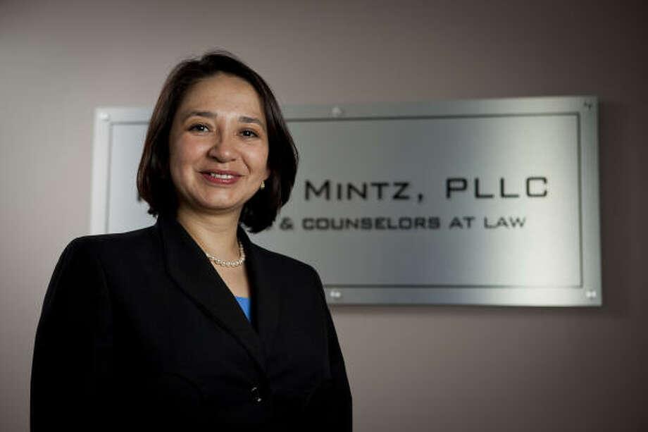 Silvia Mintz inmigró de Guatemala a Estados Unidos hace 12 años. Ahora es una socia de la firma de abogados Plake and Mintz, PLLC. Photo: Nathan Lindstrom, Para La Voz