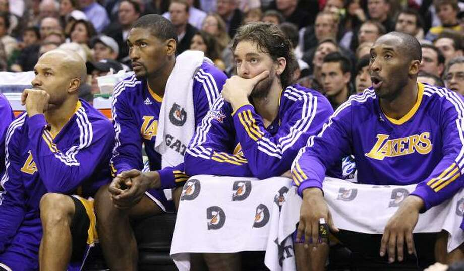 Lakers, from left, Derek Fisher, Ron Artest, Pau Gasol and Kobe Bryant sit dejected on the bench during second half on Tuesday. Photo: EDWARD A. ORNELAS, SAN ANTONIO EXPRESS-NEWS