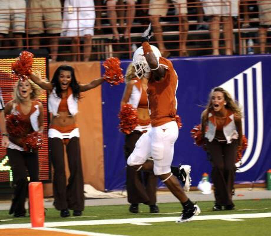 Texas wide receiver Mike Davis scores his first touchdown as part of a seven-reception performance against Wyoming. Photo: BILLY CALZADA, SAN ANTONIO EXPRESS-NEWS