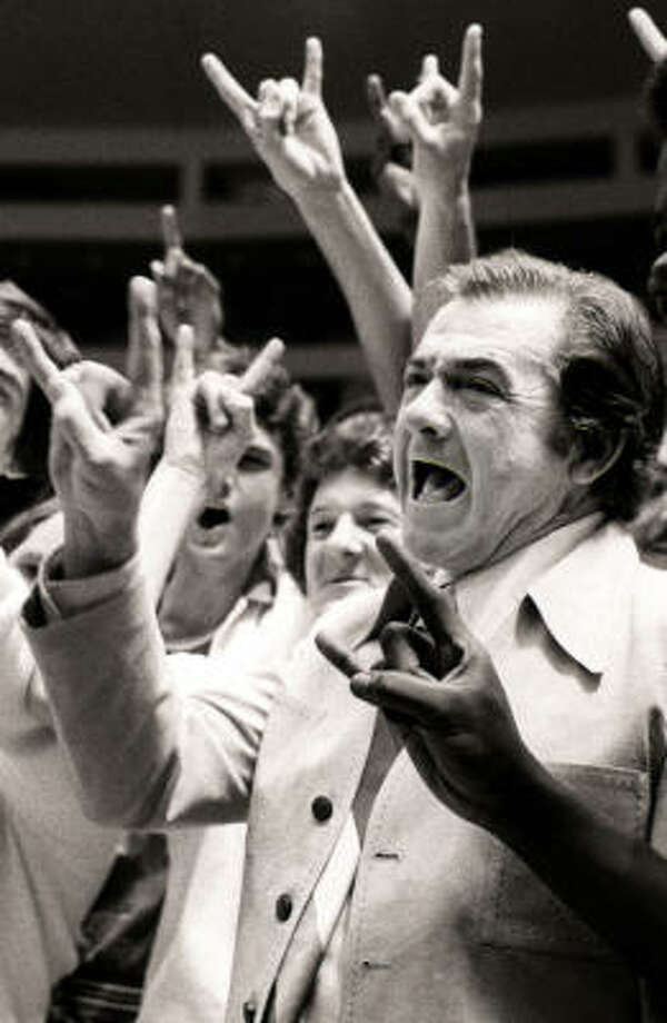 "Texas coach Abe Lemons leads his players in a ""hook-'em-horns"" victory sign after they beat North Carolina State 101-93 to win the National Invitational Tournament at New York's Madison Square Garden in this March 21, 1978, file photo. Photo: RICHARD DREW, AP"