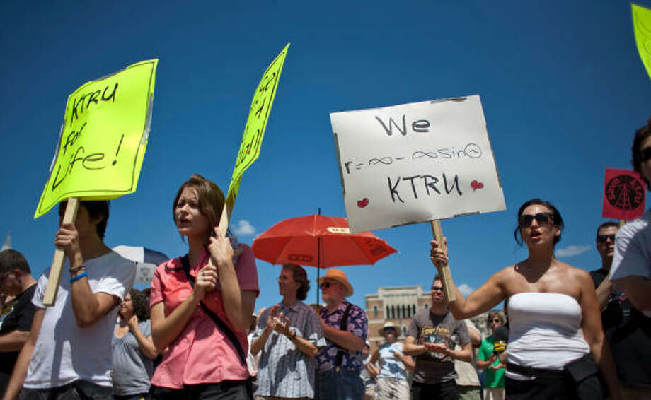 Rachel McLaughlin, second from left, stands with other KTRU fans and supporters during a Save KTRU demonstration Sunday at Rice University. The station's fans are protesting the planned sale of the college radio station. Photo: Nick De La Torre, Chronicle