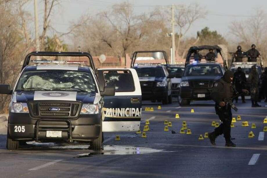 Una patrulla del Departamento de Seguridad Pública de Ciudad Juárez, México, atacada por el crimen organizado. Photo: Eduardo Verdugo, AP