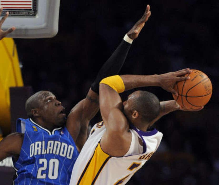 Los Angeles Lakers guard Kobe Bryant (24) shoots over Orlando Magic guard Mickael Pietrus (20). Photo: Chris Carlson, AP