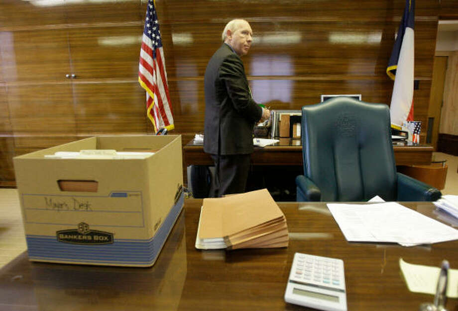 Mayor Bill White's final week included one final City Council meeting Tuesday, then clearing out his office to make room for his successor, Annise Parker. Photo: Melissa Phillip, Chronicle