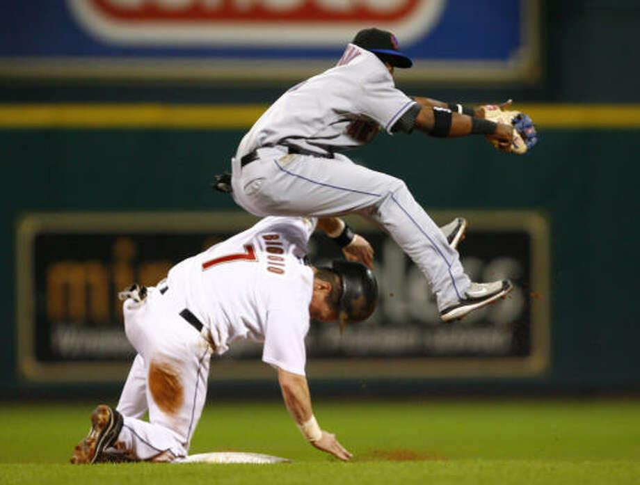 Craig Biggio is forced out at second by New York's Ruben Gotay. Photo: Steve Ueckert, Chronicle