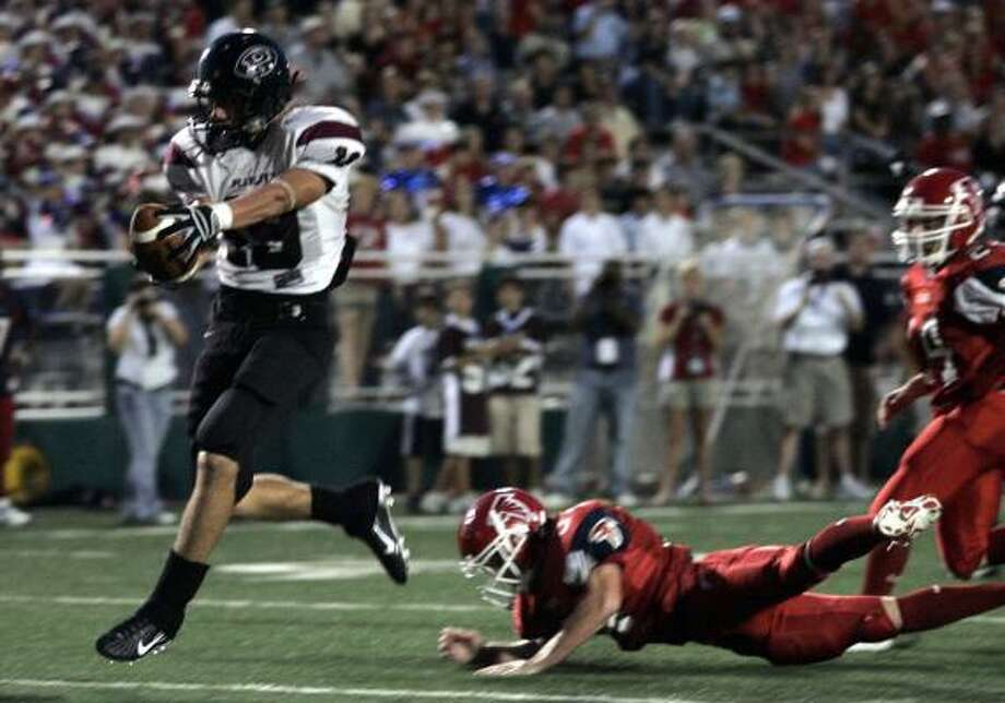 Pearland's Kevin Miller runs for a touchdown against Clear Lake. Miller caught six passes for 68 yards and two touchdowns. Photo: JOHNNY HANSON, FOR THE CHRONICLE