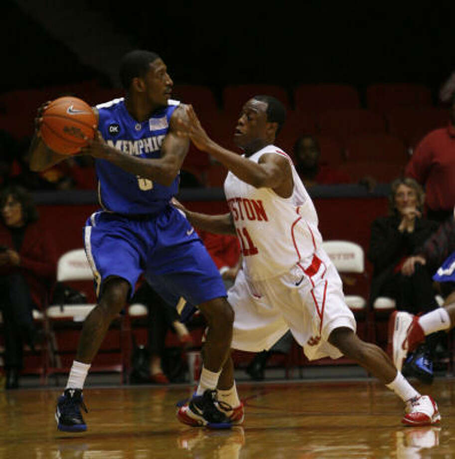 UH's Desmond Wade, right, guards Memphis' Willie Kemp during the Cougars' big first half. Photo: Karen Warren, Chronicle