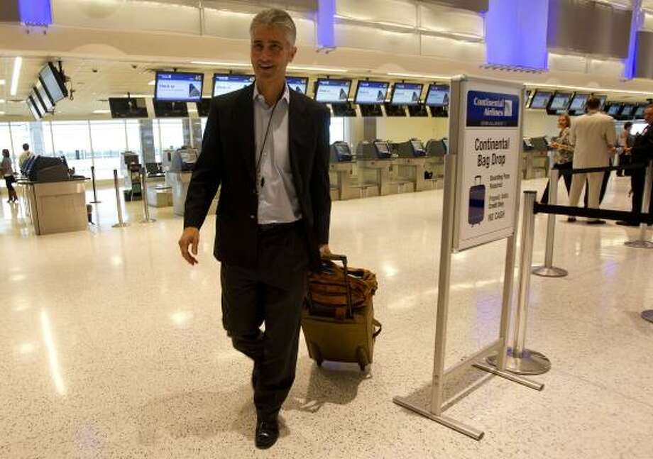 Jeff Smisek, who takes over as CEO of the new United Airlines today, leaves for a flight last week out of Bush Intercontinental Airport. Photo: Johnny Hanson, Chronicle