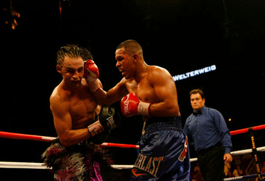 Aug. 22, 2009: Juan Diaz, right, improved to 35-2 with 17 KO after a unanimous decision over Paulie Malignaggi, of Brooklyn, New York. Diaz won the NABO junior welterweight title in the hard-fought bout at Toyota Center. Photo: Johnny Hanson, Chronicle