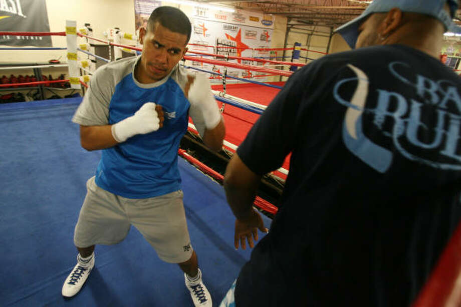 Aug. 14, 2009: Houston's Juan Diaz (34-2, 17 KO), a former three-time world champion, works out as he makes final preparations at Savannah Boxing Club for his fight against brash New Yorker Paulie Malignaggi on Saturday at Toyota Center. Photo: Mayra Beltran, Chronicle