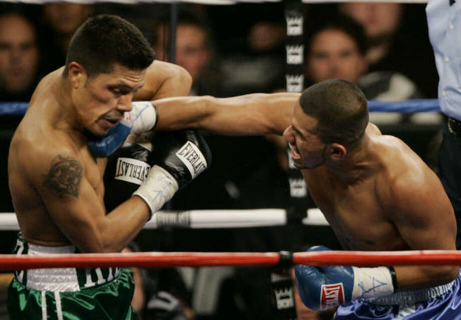 Oct. 13, 2007: Juan Diaz, right, lands a punch on Julio Diaz, of California. Juan Diaz took a ninth-round TKO victory. Photo: Brian Kersey, AP