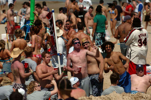Students on spring break fill the beach at South Padre Island. Photo: BILLY CALZADA, SAN ANTONIO EXPRESS-NEWS