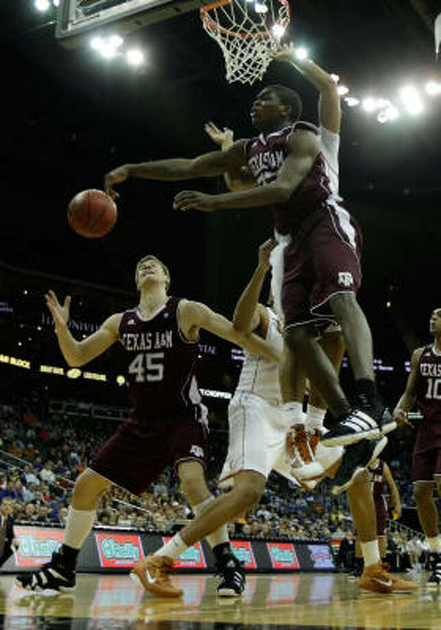Texas A&M's Naji Hibbert passes the ball to Nathan Walkup. Photo: Jamie Squire, Getty Images