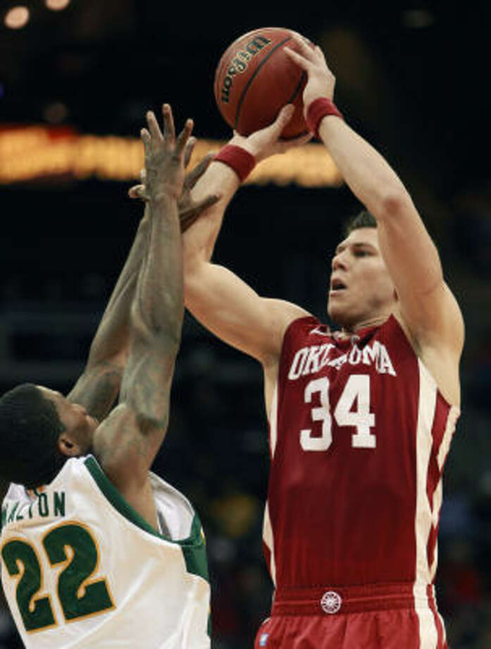 Oklahoma guard Cade Davis (34) shoots over Baylor guard A.J. Walton (22). Photo: Orlin Wagner, AP