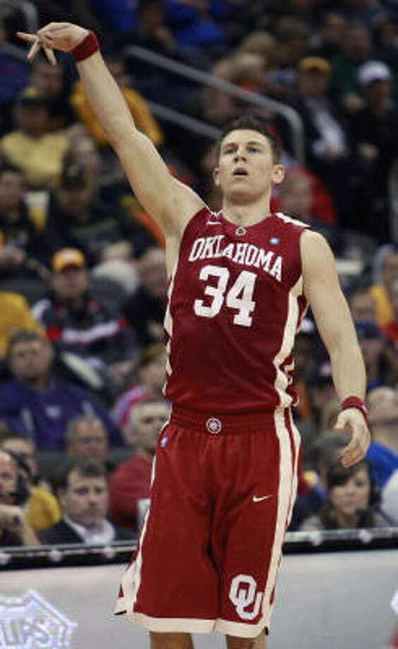 Oklahoma guard Cade Davis (34) watches a 3-point shot drop. Photo: Orlin Wagner, AP