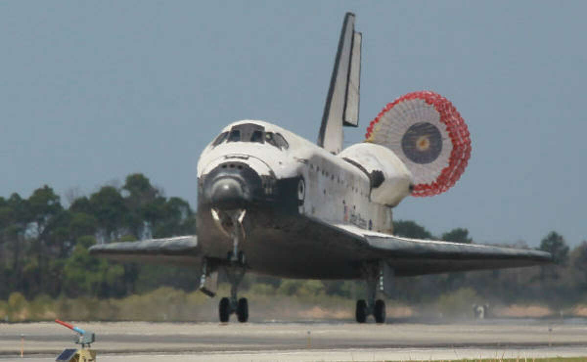 The space shuttle Discovery lands at Florida's Kennedy Space Center after its last mission. March 9, 2011.