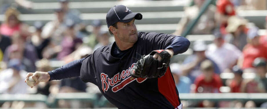 Braves pitcher Derek Lowe delivers a pitch during the first inning. Photo: David J. Phillip, AP