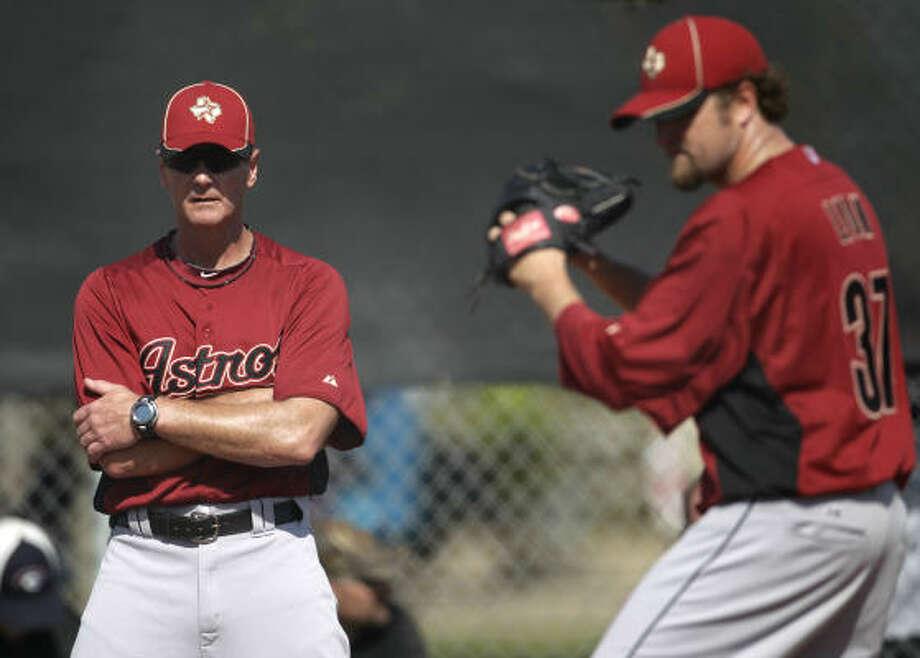Houston Astros pitching coach Brad Arnberg (38) watches closer Brandon Lyon (37) warm up. Photo: Karen Warren, Houston Chronicle