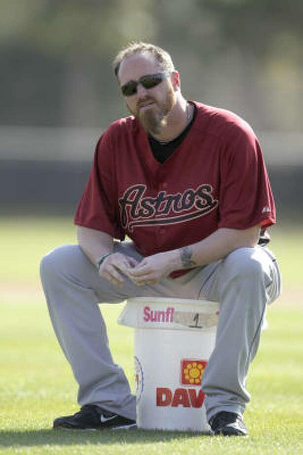 Pitcher Brett Myers sits on a bucket of balls during workouts. Photo: Karen Warren, Chronicle