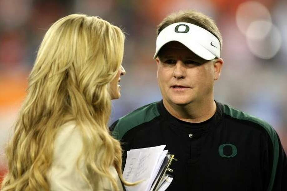Oregon coach Chip Kelly talks with ESPN sideline reporter Erin Andrews before the game. Photo: Jonathan Ferrey, Getty Images