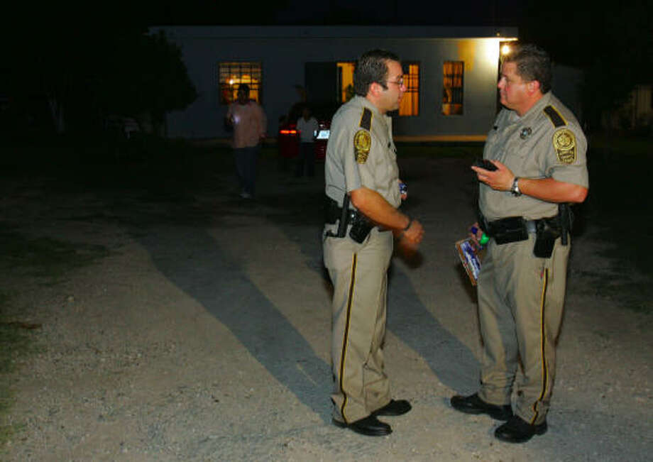 Hidalgo County sheriff's deputies swap information during a search for a kidnapping suspect north of Mission. Kidnapping has flourished in the Rio Grande Valley, where Americans have about the same chance of getting abducted as they do in Mexico. Photo: ALEX JONES, (MCALLEN) MONITOR