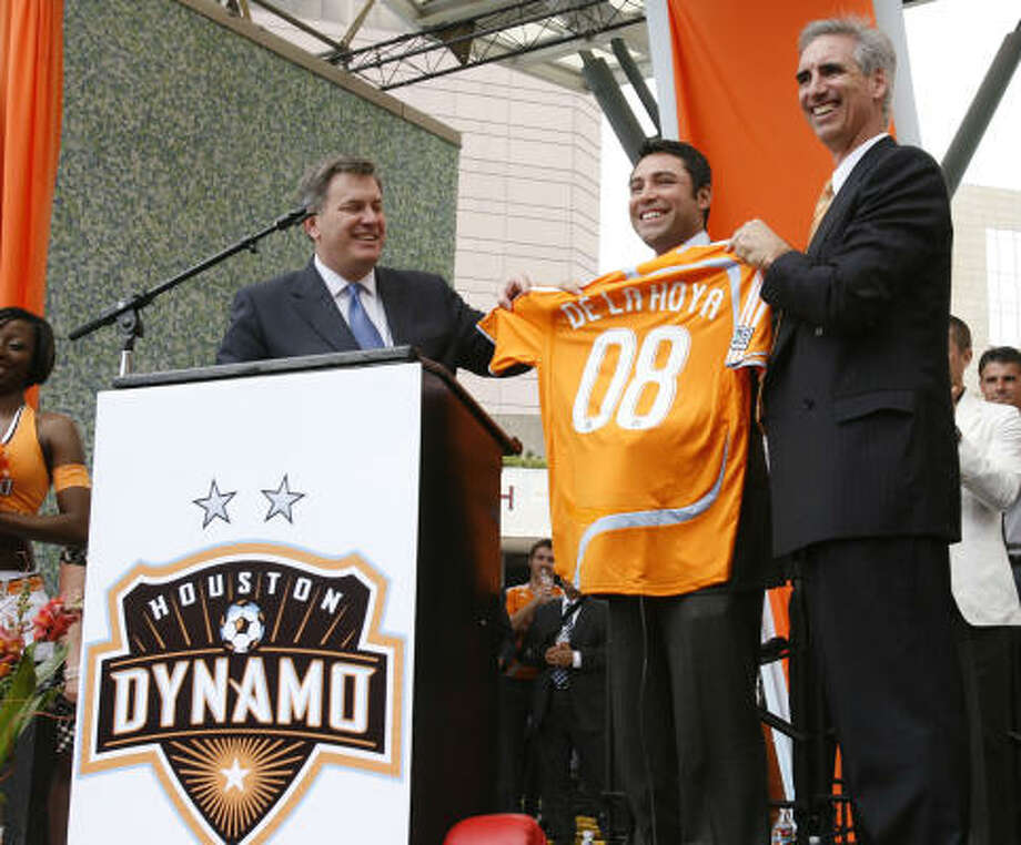 Oscar De La Hoya holds a Dynamo jersey as he is announced as a new ownership partner. Photo: Nathan Lindstrom, Para La Voz