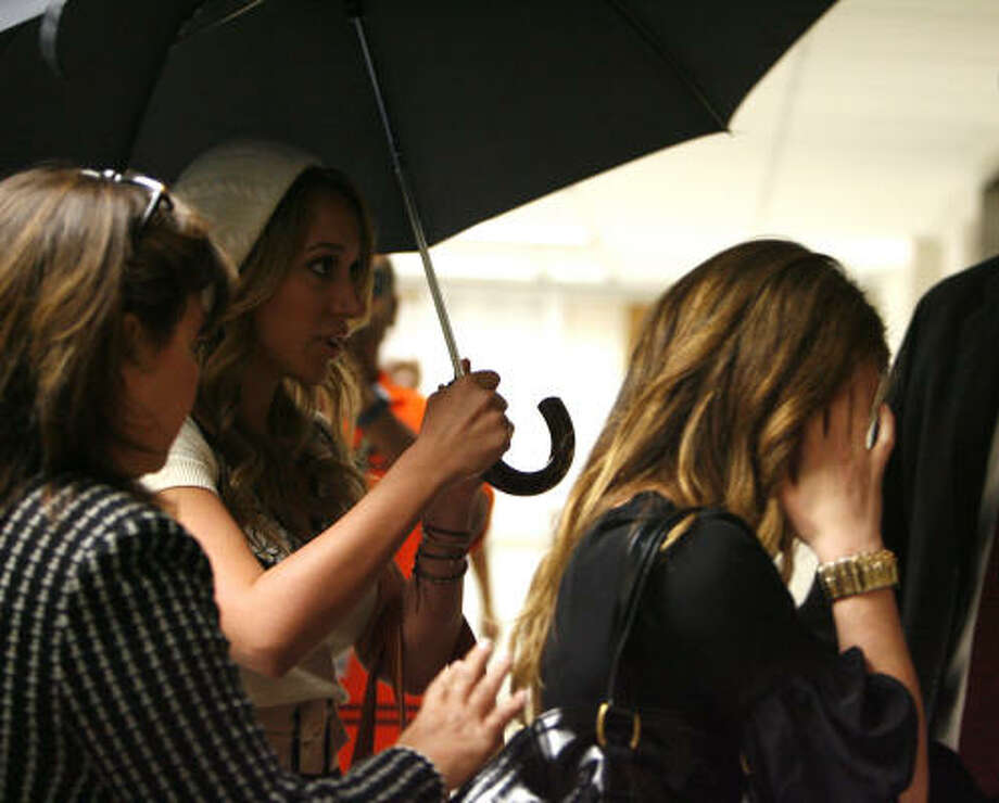 Celebrity siblings Haylie, center, and Hilary Duff, right, tried to avoid the media when they left a Harris County family court in December 2007. Photo: SHARON STEINMANN, Chronicle