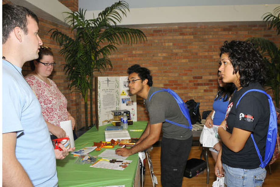 NEW SURROUNDINGS: San Jacinto College students John Strader of Pasadena, left, and Marisa Dyess of Deer Park talk with South Houston High School graduates Martin Rodriguez, Sindi Martinez and Cristal Gonzalez during a resource fair at a recent New Student Orientation session at the Central campus.