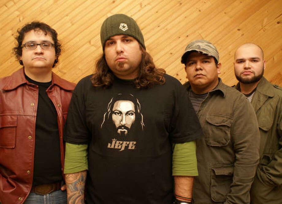 De izquierda a derecha Víctor Cárdenas, Tommy DiCesare, Ramón Canizales y Luís Macías no esconden su fervor religioso. Photo: Mauricio Macías/Zona 7
