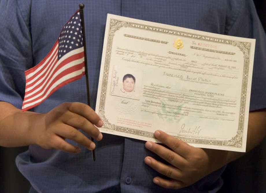 El precio de la solicitud para obtener la ciudadanía se triplicará a partir de junio. Photo: BRETT COOMER, HOUSTON CHRONICLE