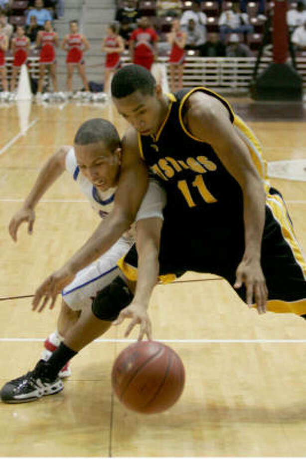 Armie Lewis (left) led Clear Lake to victory and a spot in the regional final with 19 points. Photo: Margaret Bowles, For The Chronicle