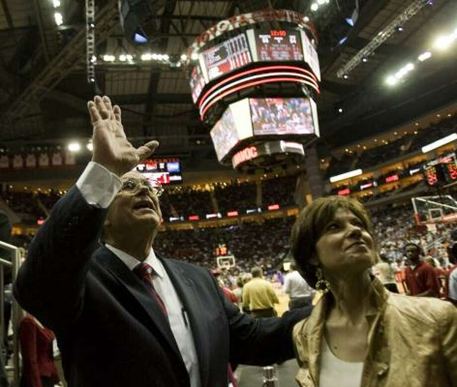 Outgoing general manager Carroll Dawson and his wife, Sharon, acknowledge the Rockets' fans Monday. Photo: SMILEY N. POOL, CHRONICLE