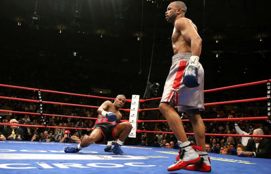 Roy Jones Jr. (foreground) connected on 172 of his 482 punches (36 percent), while Trinidad was 160-for-552 (29 percent). Photo: Al Bello, Getty Images