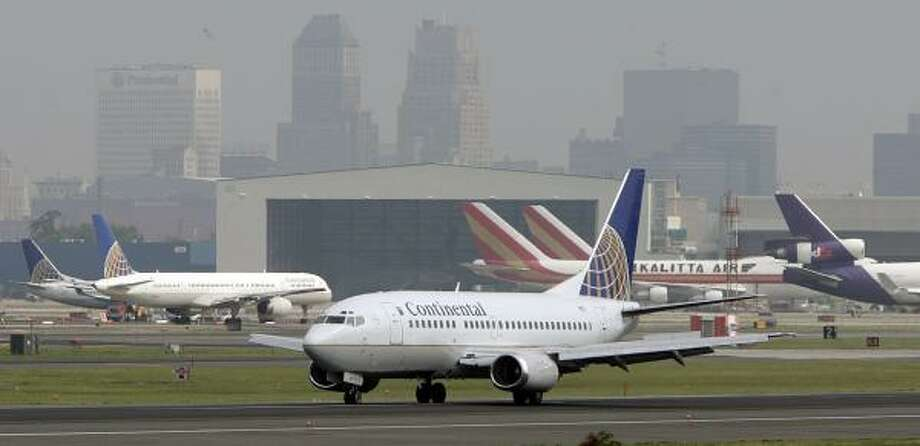 A Continental Airlines jet taxis at Newark Liberty International Airport in June. The airline ranked third from the bottom in on-time performance in May. Photo: MEL EVANS, ASSOCIATED PRESS