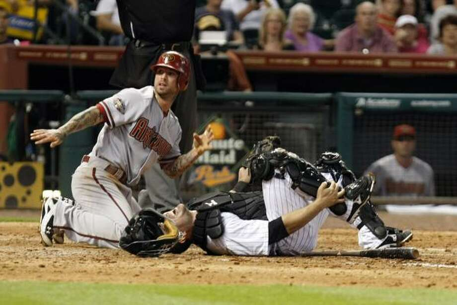 Arizona's Ryan Roberts, left, gestures for assistance after running into Astros catcher Humberto Quintero. Photo: Johnny Hanson, Chronicle