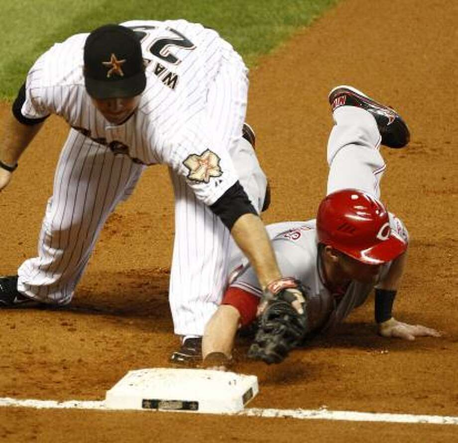 Astros first baseman Brett Wallace, left, misses a tag on Cincinnati's Drew Stubbs in the first inning. Photo: Nick De La Torre, Chronicle